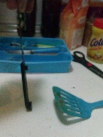 Apartamentos Tirso de Molina: cuchillo sucio y sin mango, menaje sucio