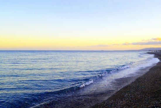 Lindian Village: Средиземное море, пляж на закате.