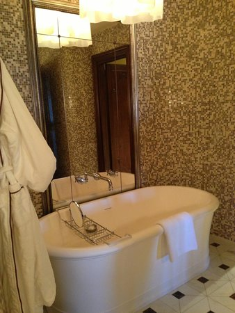 Castello di Casole Private Estate & Spa: soaking tub in our bathroom