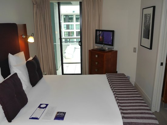 The Sebel Auckland Viaduct Harbour: Separate bedroom in Marina view suite