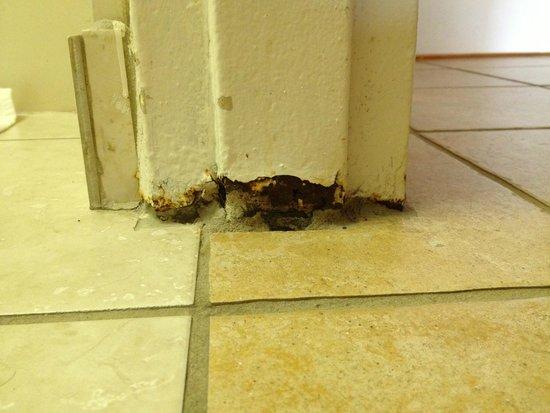 Comfort Inn: Bathroom door threshold
