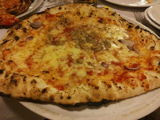 La Bella Idrusa: pizza tonno e cipolle