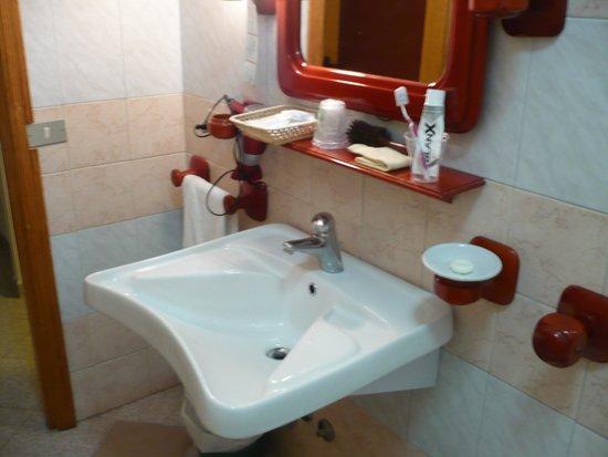 Bagno spazioso bild fr n hotel mistral alghero for Hotel mistral milano