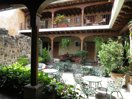 Hotel Meson de Maria: the garden area where breakfast is served