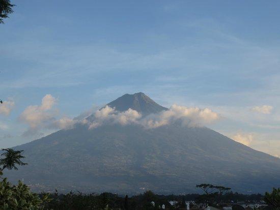 Hotel Meson de Maria: Volcano to the south
