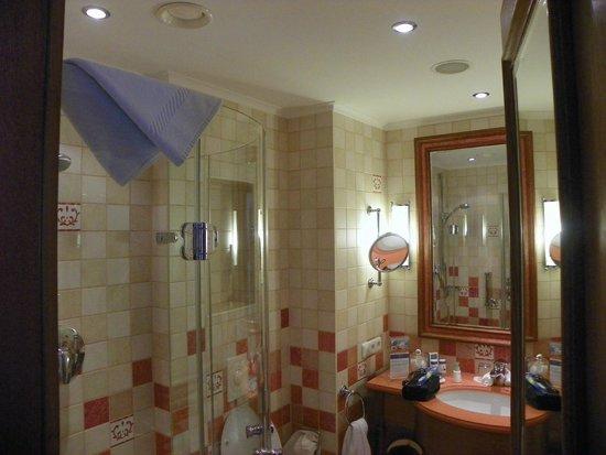Travel Charme Gothisches Haus: okay sized bathroom + shower