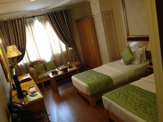 Alagon Central Hotel & Spa: Decent Sized Bedroom