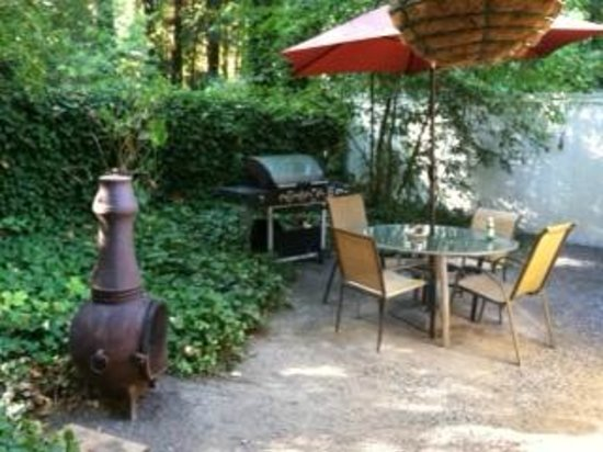 Monte Rio Vacation Cottages : Grill area