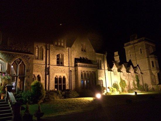 Mellington Hall Hotel: The hall at night