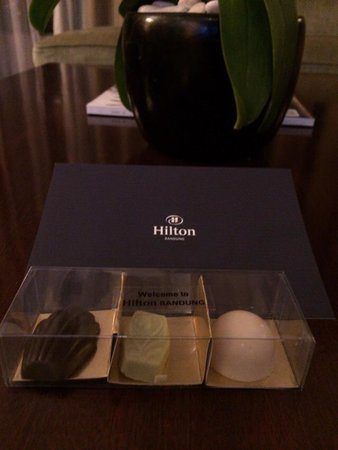 Hilton Bandung: 部屋に置いてあるウェルカムチョコレート