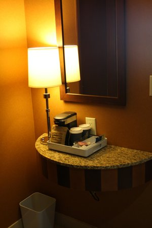 Four Points by Sheraton Niagara Falls Fallsview: Cute little coffee nook in room