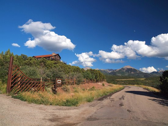 Whispering Oaks Ranch: house from road