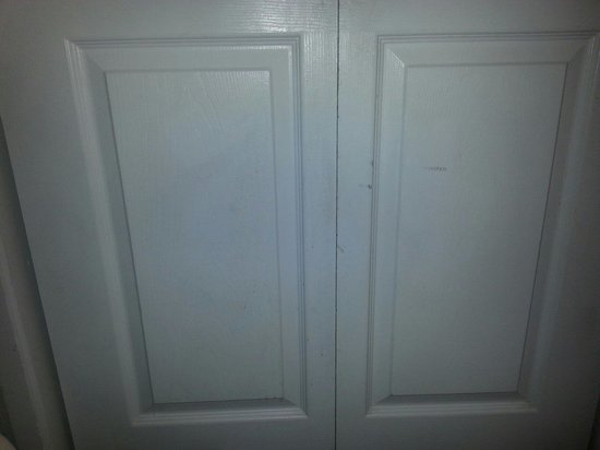 Ocean Park Resort, Oceana Resorts: Beat up closet doors