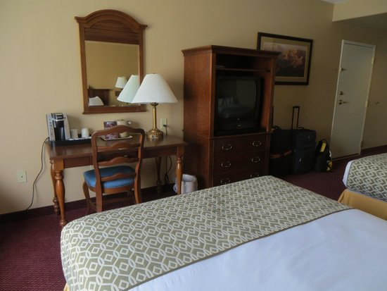 Grand Canyon Railway Hotel: Desk and TV stand on dresser