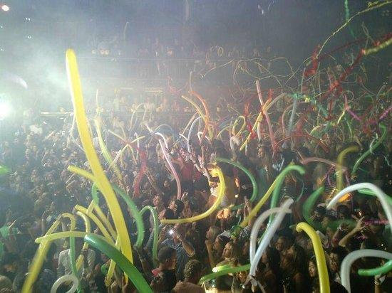 Coco Bongo Cancun: cuando termina un show largan globos o papelitos