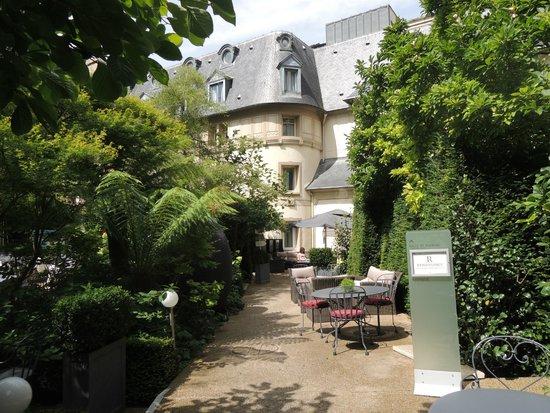 Renaissance Paris Le Parc Trocadero Hotel: courtyard