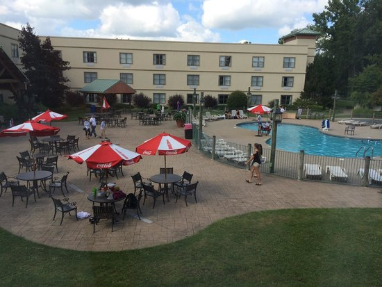 Lodge on the Lake Hotel: Outdoor pool