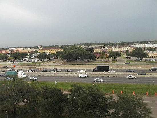 Crowne Plaza Houston - Brookhollow: vista desde la hab al freeway