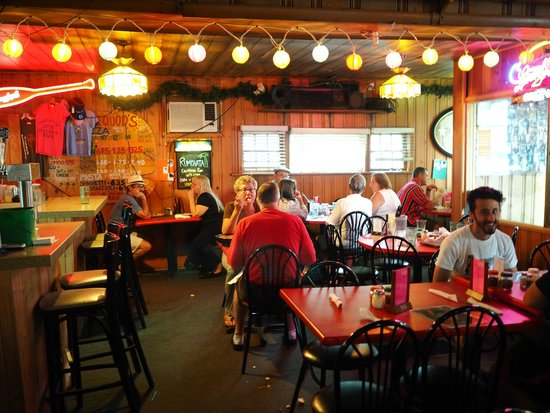 pequods Pizza: Cozy dining room