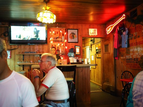 pequods Pizza: Small bar just by the kitchen entrance