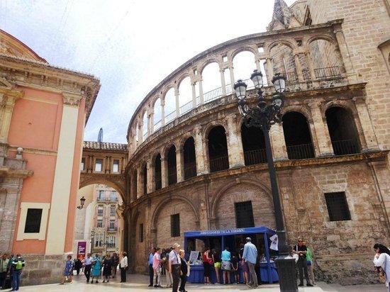 Basilica de la Virgen de los Desamparados: カテドラルと聖母教会