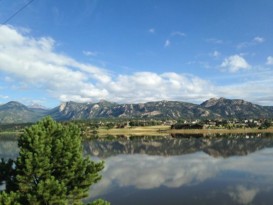 Discovery Lodge: Hotel is within walking distance to Lake Estes.