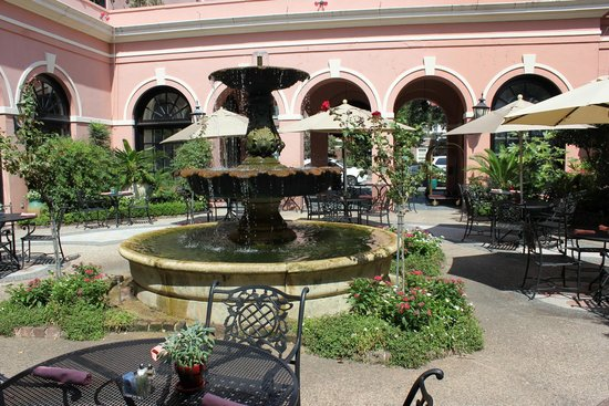 The Mills House Wyndham Grand Hotel: Outdoor courtyard - nice place for breakfast if not too hot