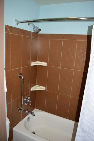 The Coho Oceanfront Lodge: Shower area
