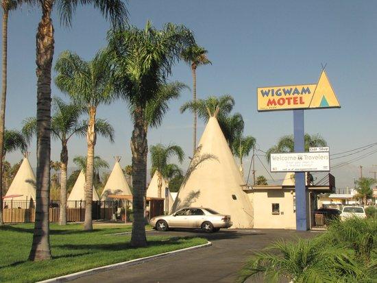 Wigwam Motel: Wigwams on the grass.