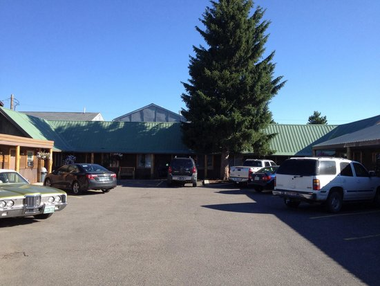 Evergreen Motel: Parking is a little tight.
