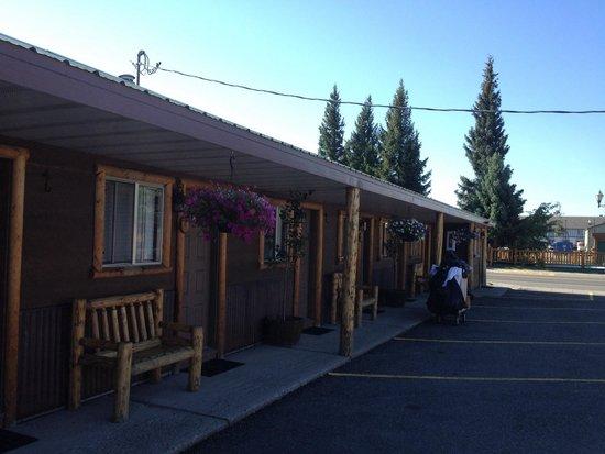 Evergreen Motel: Lots of pine logs - nice rustic look.