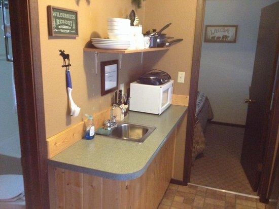 Evergreen Motel: Queen kitchenette suite - kitchen area.