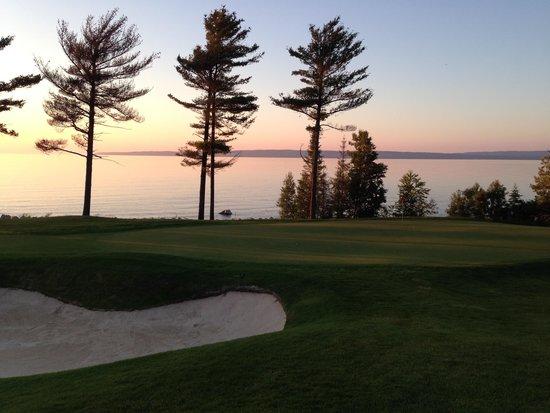 Bay Harbor Golf Club: 18番グリーンの夕暮れ