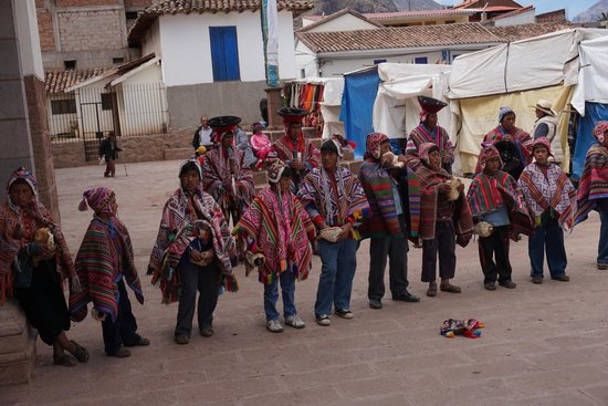 Pisac Inn : Kids before the church service across the square