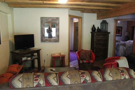 Abiquiu Inn: Living room