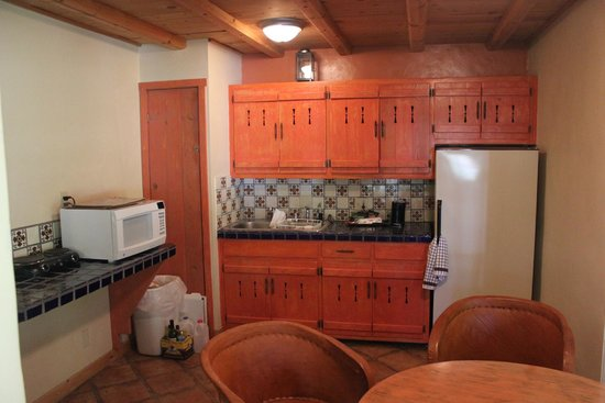 Abiquiu Inn: very well equipped kitchen