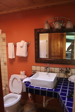 Abiquiu Inn: Bathroom. very nicely laid out!!