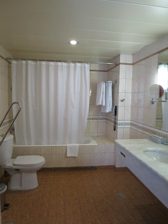 President Hotel: Large Bath