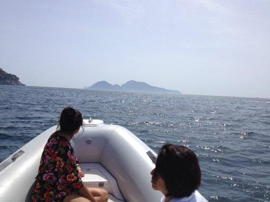 Nautica Sic Sic : Al fondo se puede ver el monte Vesubio