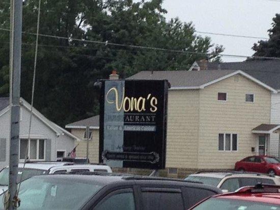 Vona's Restaurant : Front sign
