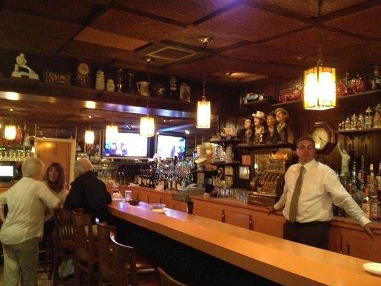 Vona's Restaurant: Bar area