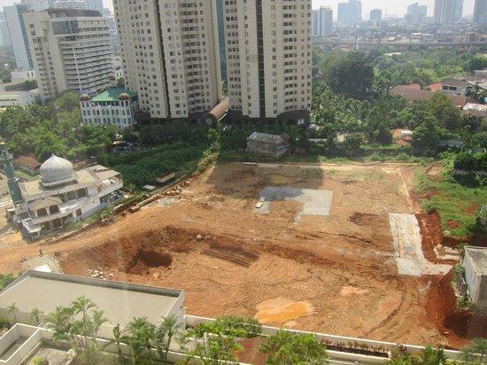 Crowne Plaza Hotel Jakarta: 部屋からの景色。裏手が工事中。