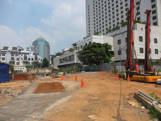 Crowne Plaza Hotel Jakarta: 裏口からショッピングセンターへの道