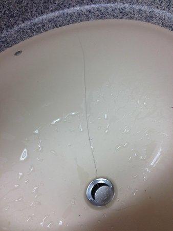 Holiday Inn Boston Brookline: Cracked hand basin.