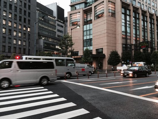 The Peninsula Tokyo: 通りから奥まった場所にあるので、少しわかりずらい。