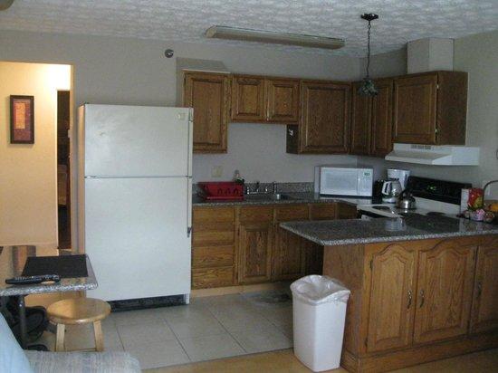Bent Prop Inn & Hostel of Alaska: Midtown location kitchen