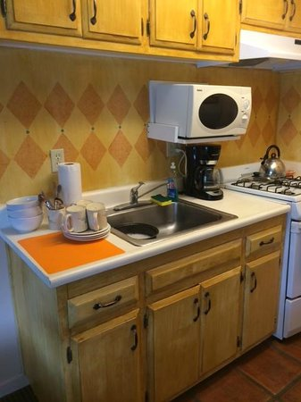 Hotel Pepper Tree: Small but Functional Kitchen