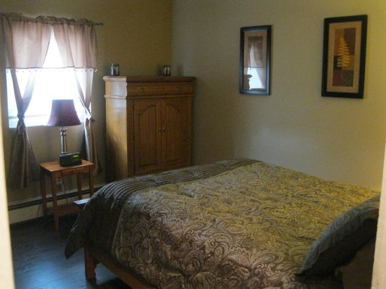Bent Prop Inn & Hostel of Alaska : Midtown location bedroom (2 bunk beds on left as well)