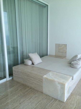 Hotel Encanto : Cama en el balcón de la habitación