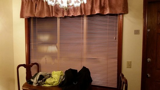 Breakers Hotel and Condo Suites: Pink blinds